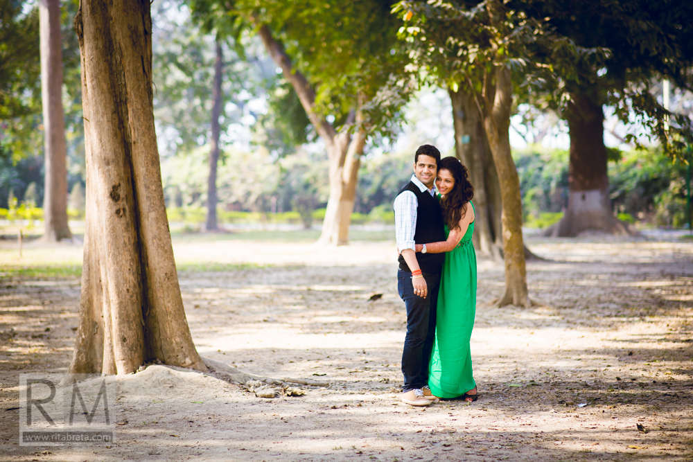 pre wedding outdoor couple shoot